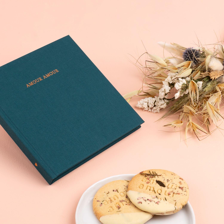 Le Joli Carnet Amour Amour De Chez Rosemood Des Fleurs Sechees De Chez Pampa Et Des Delicieux Biscuits De Chez Tookie Fleurs Cadeaux Cadeau Deco Pot De Fleurs