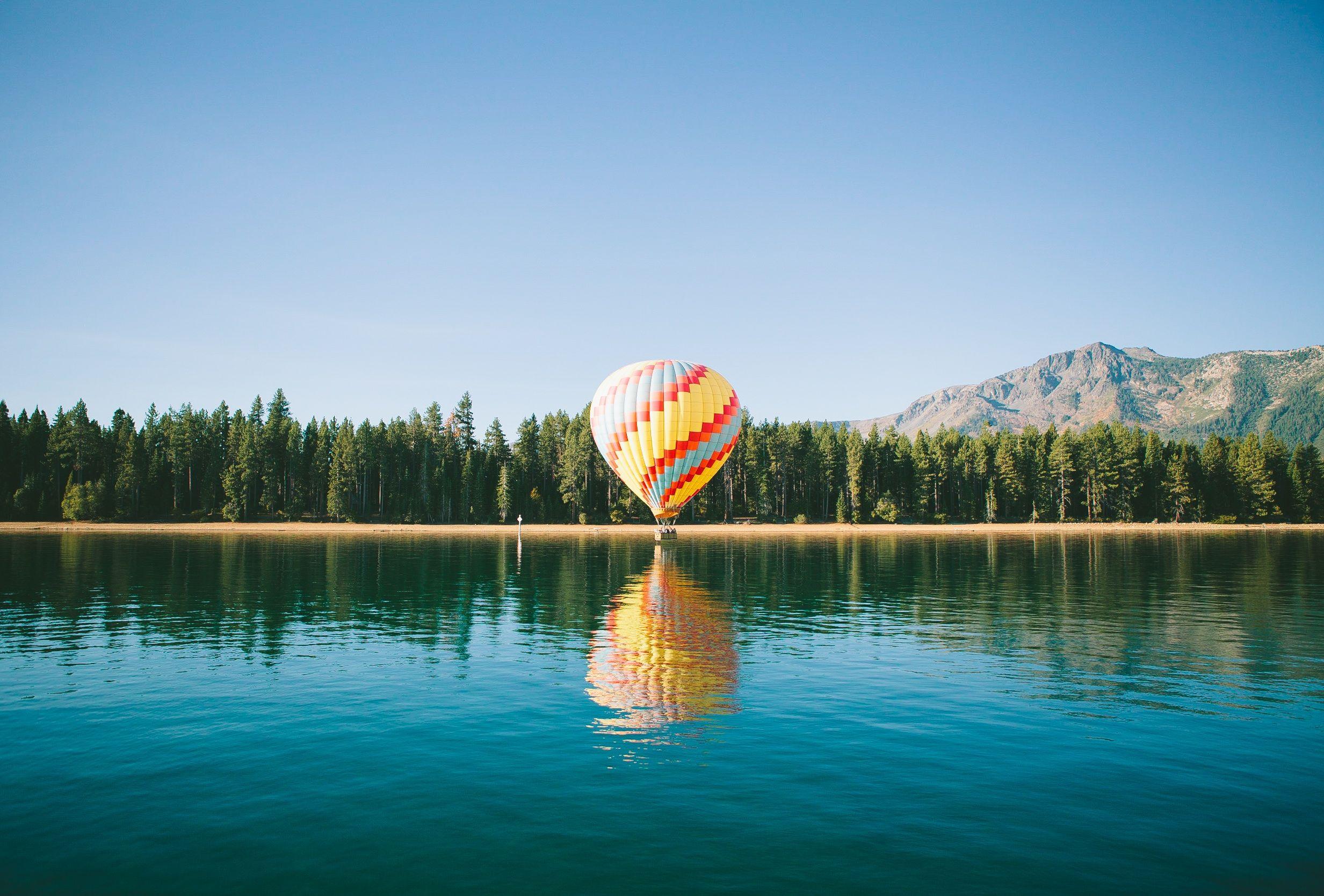 globo aeroestático, lago, bosque, pinos, montañas, cielo - Fondos de Pantalla HD - professor-falken.com
