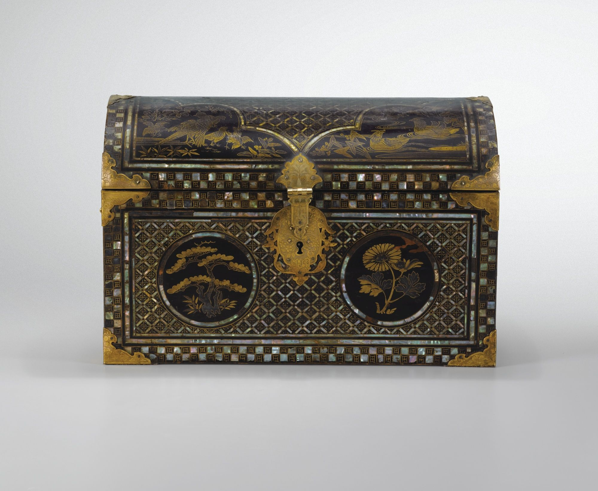 A Small Mother Of Pearl Inlaid Lacquer Chest Namban Japon Edo Period 17th 18th Century Sarg
