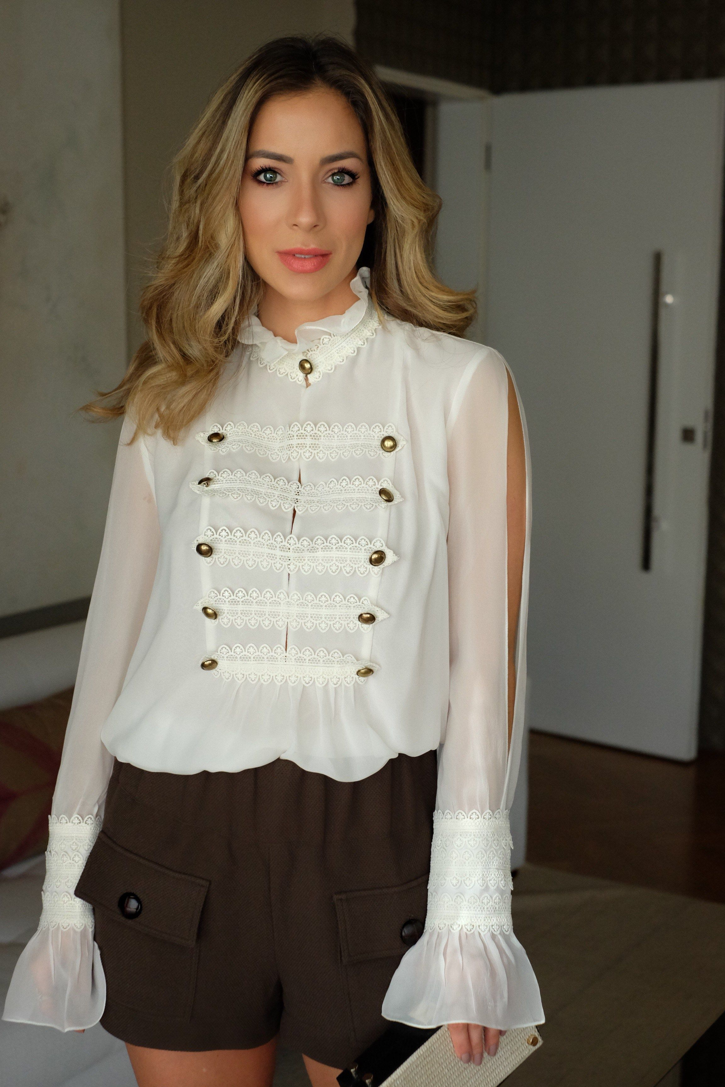 0a1c8f054 Look casual de Helena Lunardelli da Shop2gether, com uma blusa de manga  comprida branca com botões e fendas nas laterais dos braços e um short  verde militar