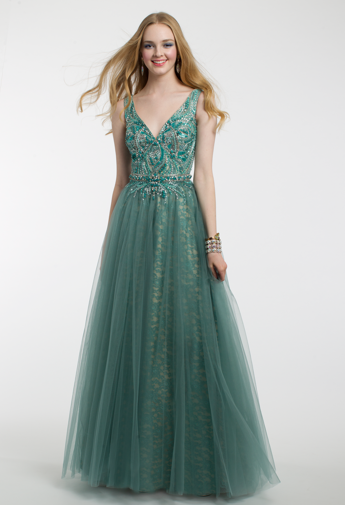 You are sure to make an enchanting entrance in this ball gown prom ...