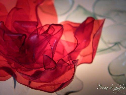 Bonjour Ce sera un petit tuto aujourd'hui. Comme ma rose de Badoit avait l'air de plaire, j'en ai refait une poignée. C'était dans mon article: fil des mois d'aout , et ça ressemblait à ça: Ma photo était faite avec une rose posée sur une table lumineuse....