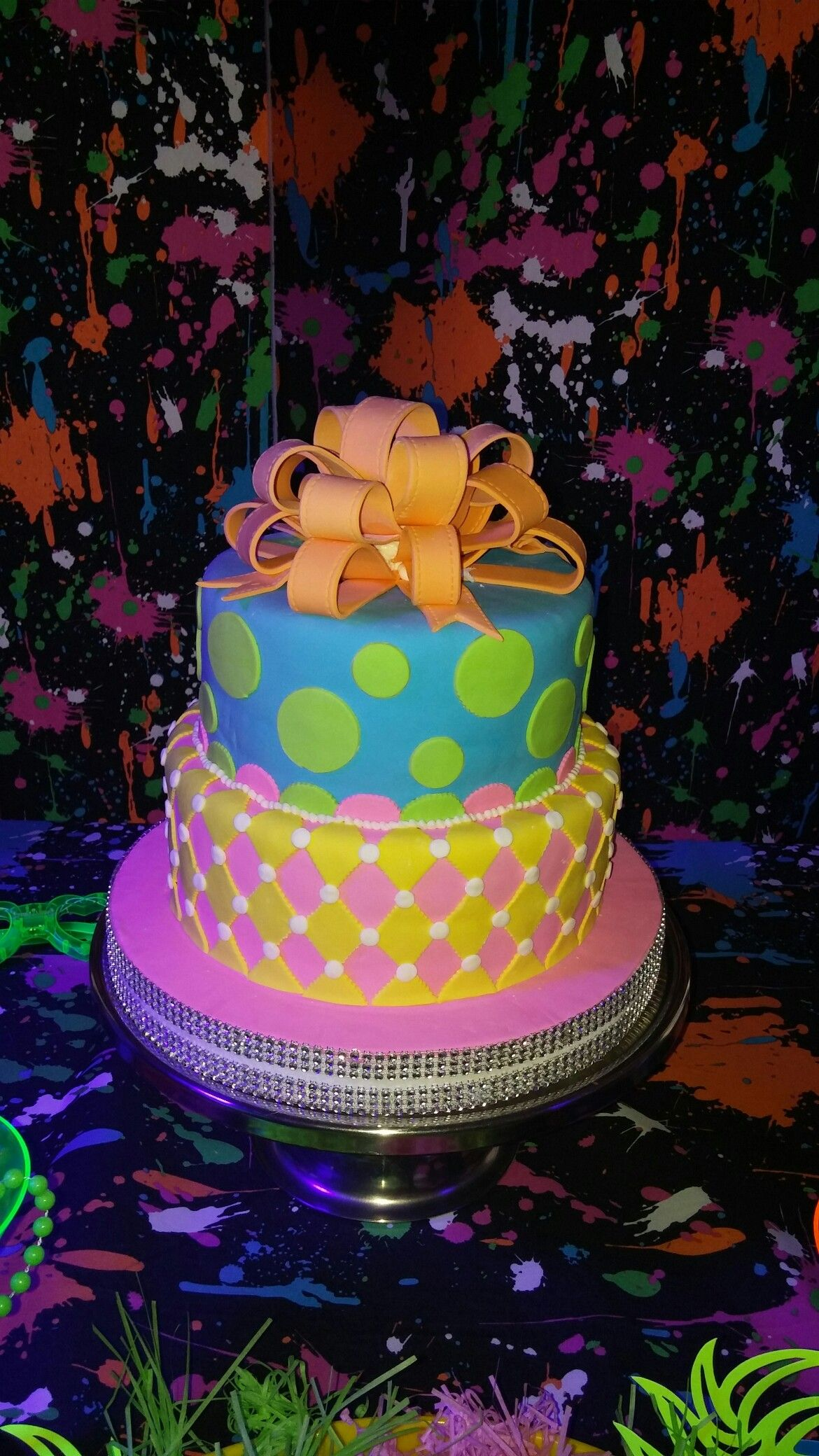 neon cake birthday Tortas y modelado en pasta de goma