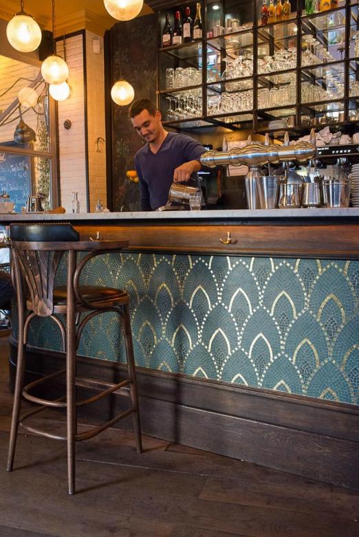 Comptoir En Bois Et Mosaique Du Restaurant Le Manfred A Paris Avec Ses Chaises En Bois Et Assises En In 2020 Bistro Interior Bar Interior Design Bar Design Restaurant