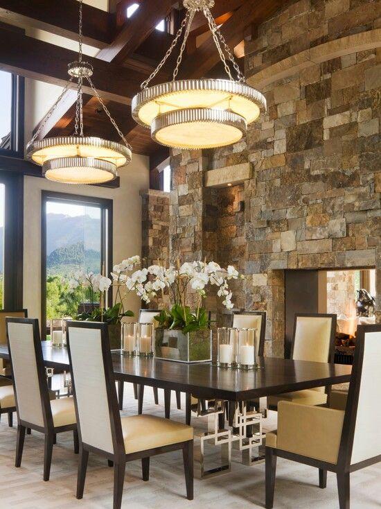 Comedor. pared en piedra y centro de mesa de orquideas blancas ...