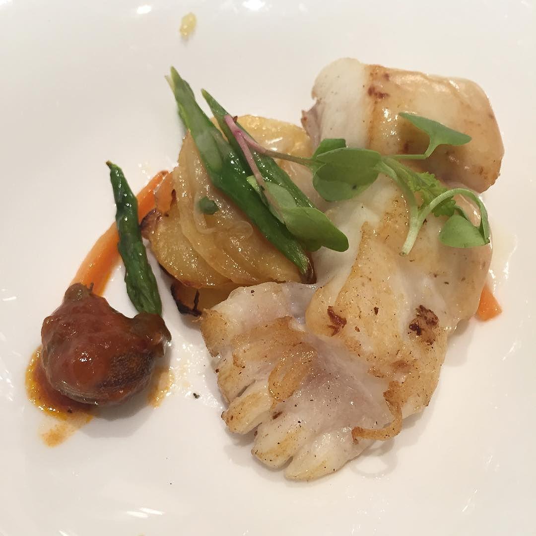 Empezamos a comer... Rodaballo espárragos verdes y patatas / Turbot green asparagus and potatoes #gastronomia #food