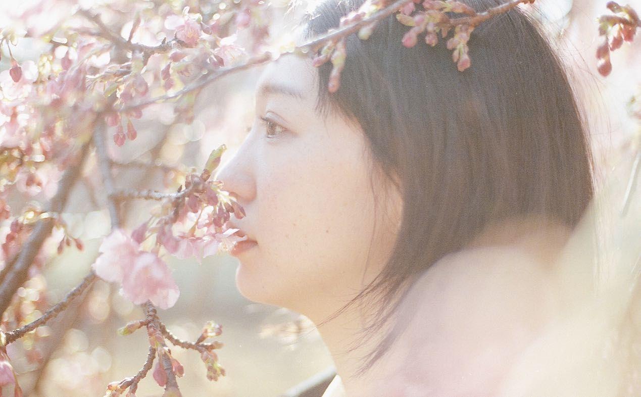 桜っぽいけど、梅の写真。2月に撮った写真。この木の横では大学生の女の子たちが袴を着て記念撮影をしていました。プロのカメラマンさんが撮ってたから前撮りなのかな? あの子たちは卒業式はどうなったんだろうなぁとか、この写真を現像しながら思い出していました。 気軽に外に写真を撮りに行ける感じではなくなってきちゃったけど、撮りたいものはたくさんある。会いたい人もたくさんいる。いろいろ落ち着いたら、外に出よう。 今は家でできることをたくさんたくさんしよう。 ということで、さっそく今日の午前中はプリンをつくりました。 みんなは何やってるんだろうなぁ。 . #代々木公園 #フィルムカメラ #フィルムカメラに恋してる #ポートレート #ポートレート写真 #フィルム写真普及委員会 #フィルムカメラ好きな人と繋がりたい #canon5dmarkiv #portra400 #portra400film #私の花の写真 #私の写真もっと広まれ #逆光好き #filmphotography