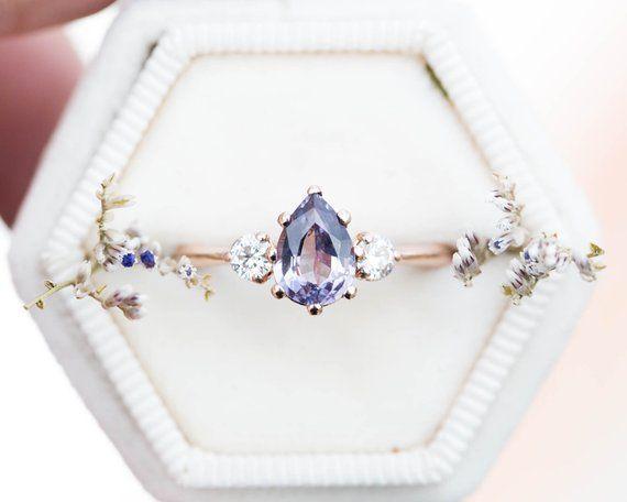 Photo of Hell lila Spinell Birne Verlobungsring, drei Stein Verlobungsring, Lavendel Pastellring, einz…