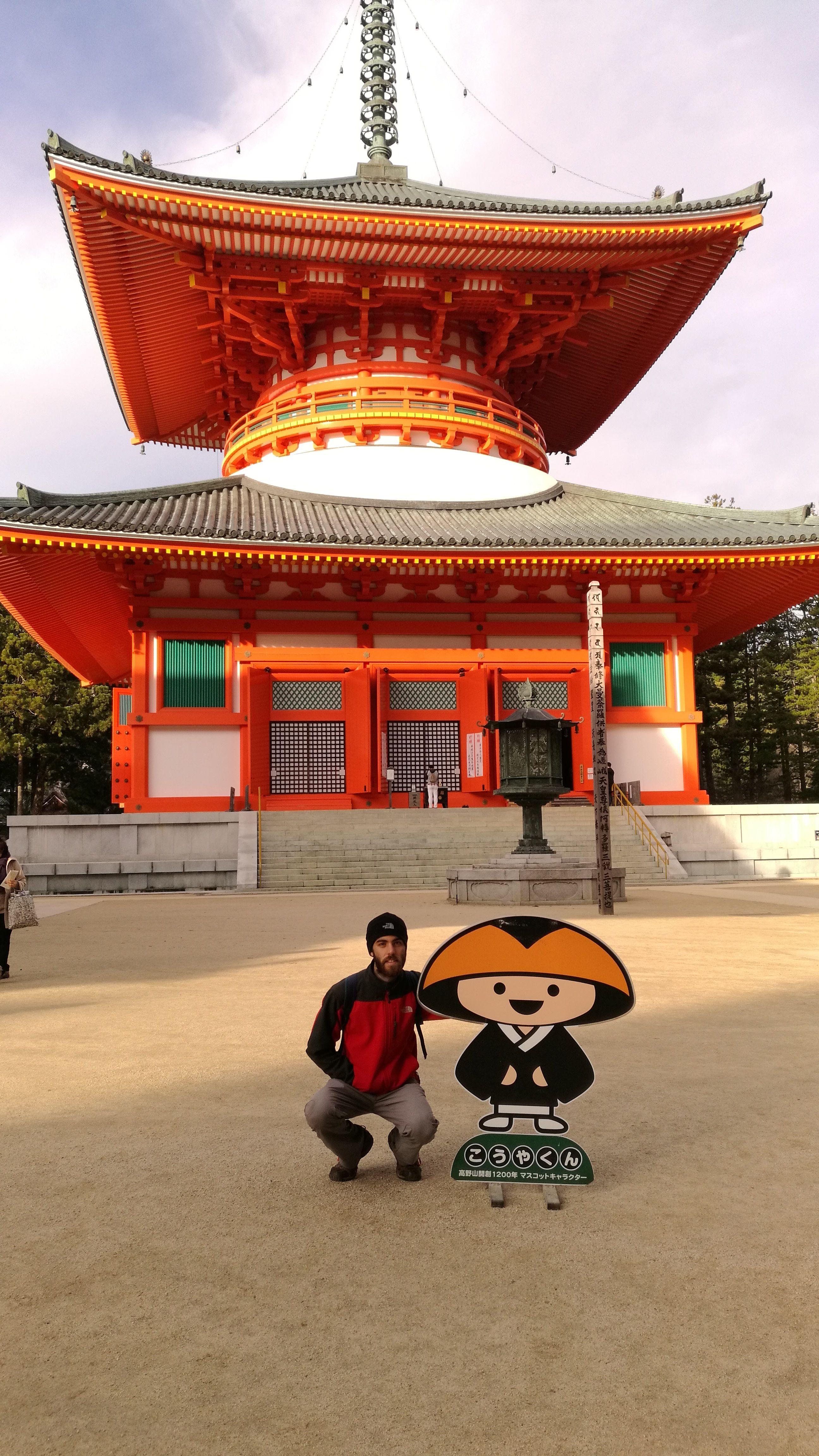 Con el monje Kawaii, símbolo de Koyasan