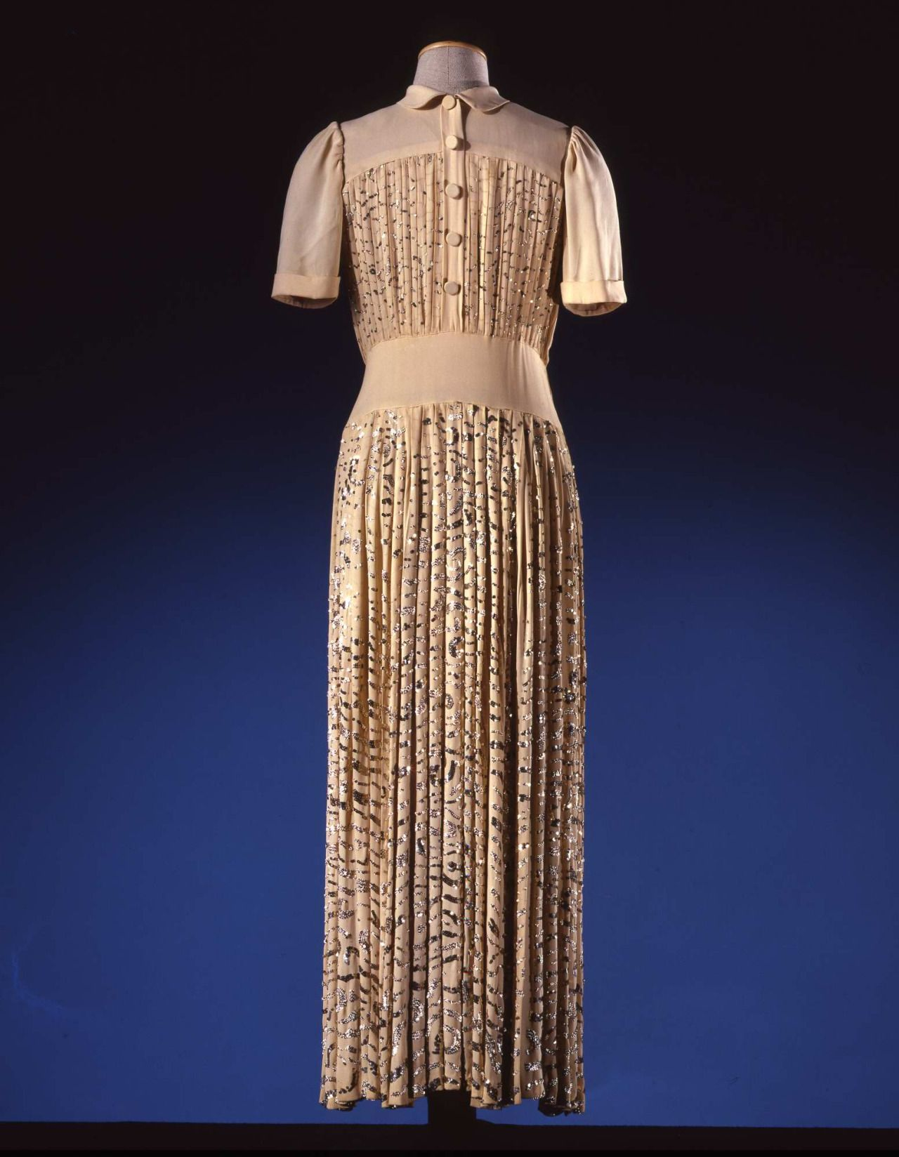 Dress in ivory silk crêpe embroidered with silver coloured paillettes; par Madeleine Vionnet (1876-1975), ca. 1945. Collection Galleria del Costume di Palazzo Pitti. All rights reserved. Photo: Gabinetto fotografico SBAS, Mario Carrieri.
