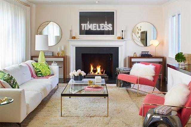 Un salón femenino y glam con mucha simetría · A feminine and glam living room