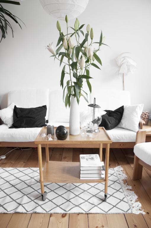 Gemütliches Wohnzimmer in weiß mit Holzmöbeln und schönem ...