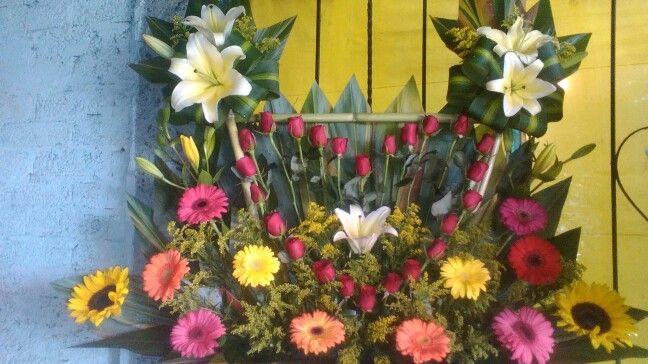 Corazon De Rosas En Un Hermoso Arreglo Floral Con Lilies