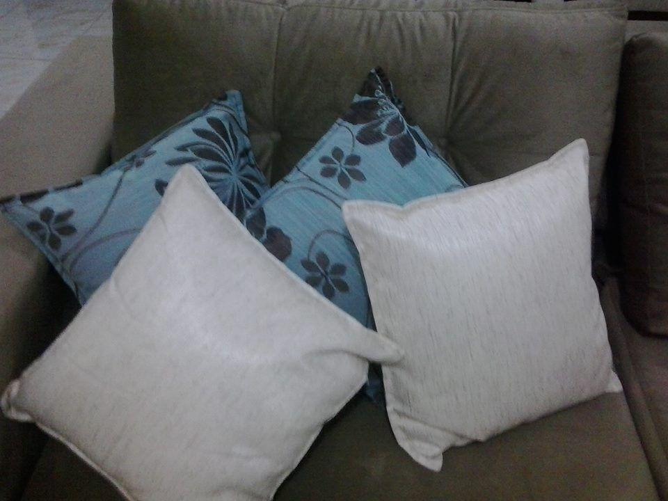 Almofadas azul com marrom e branco, lindas.