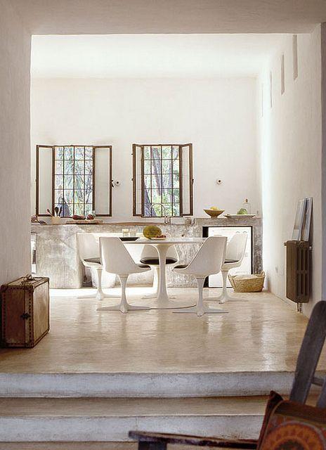 Due gradini dividono l\'ambiente unico che vede salotto e cucina ...
