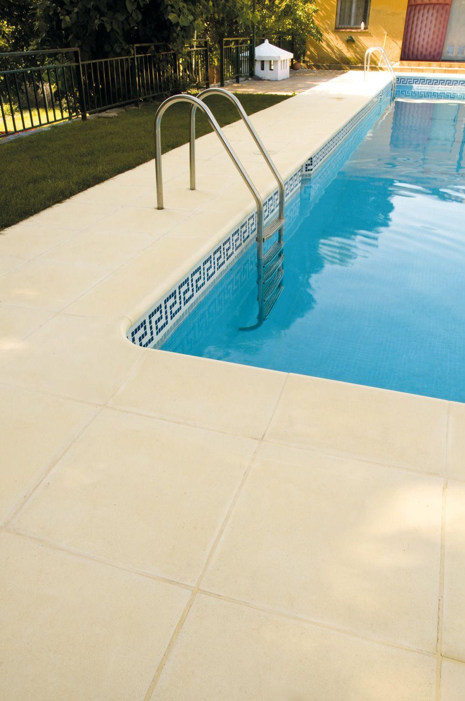 Baldosa de hormig n aligerado con remate de piscina a for Pavimento para piscinas