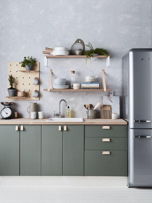 Refresh Your Mind with Beautiful Green Kitchen Ideas - DIY Home Art #freshkitchenideas Rustikale aber moderne Küche mit grünen Fronten und einer Arbeitsplatte aus Holz, Küche ohne Hängeschränke, Küchenideen, Betonfarbene Wand in der Küche #køkkeninspiration
