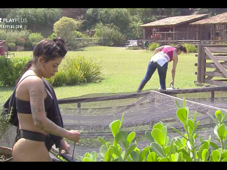 A Fazenda 2020: Mirella tira as calças para cuidar da horta e choca: 'Tô morrendo de calor'