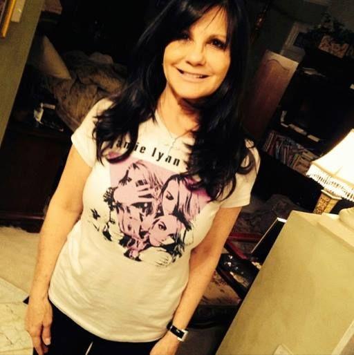 Madre de Britney Spears promocionando a su hija Jamie Lynn Spears al usar una blusa de #HowCouldIWantMore