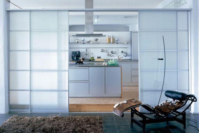 schiebetüren-milchglas-küche-verstecken-raumlösungen Raumteiler - raumteiler küche wohnzimmer