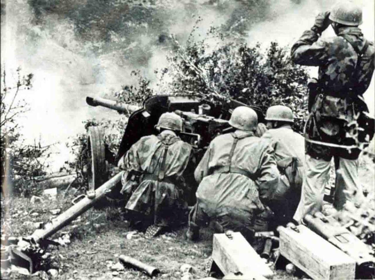 German 50 Mm Anti Tank Gun: A Team Of German 50mm PaK 38 Anti-tank Gun In Combat In