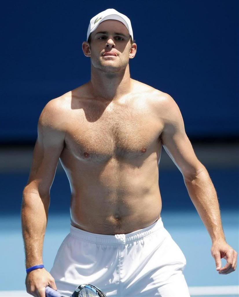 Med skjorteløs athletisk kropp på stranda