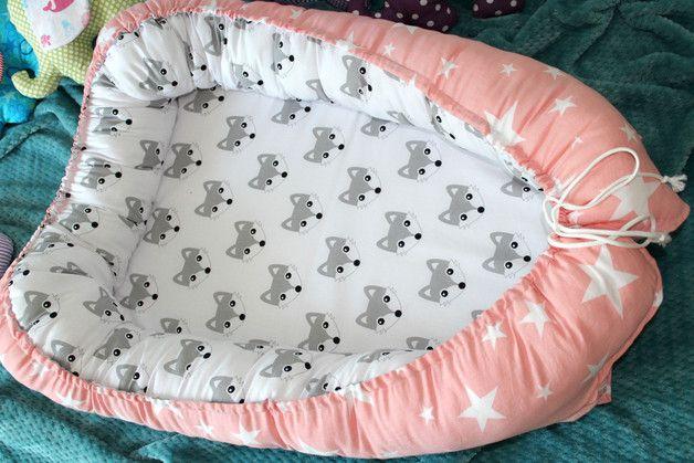 Das Babynest ist ein kuschliges, sicheres und praktisches Bett, für Babys im ersten Lebensjahr. Das Babynest ist vielseitig einsetzbar, vor allem soll es dem Baby eine schützende und kuschlige...
