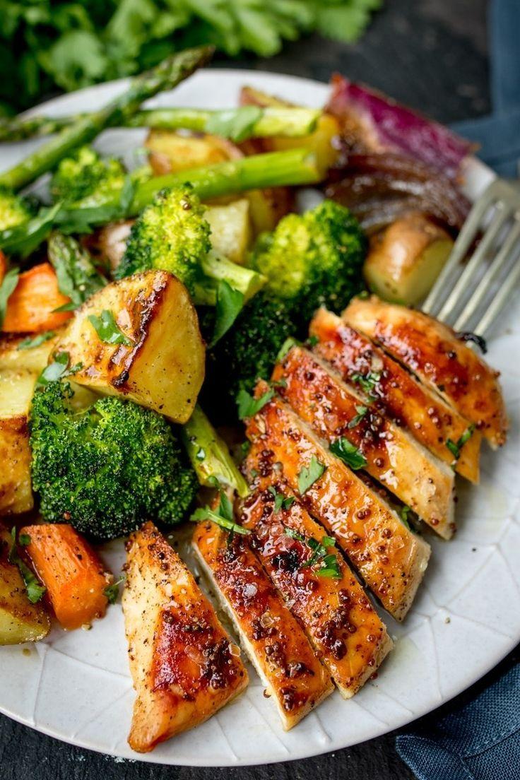 Dieses Blatt Pan Honey Mustard Chicken-Rezept wird Ihre neue Mahlzeit in der Woche sein. -  - #Genel #healthyweeknightmeals
