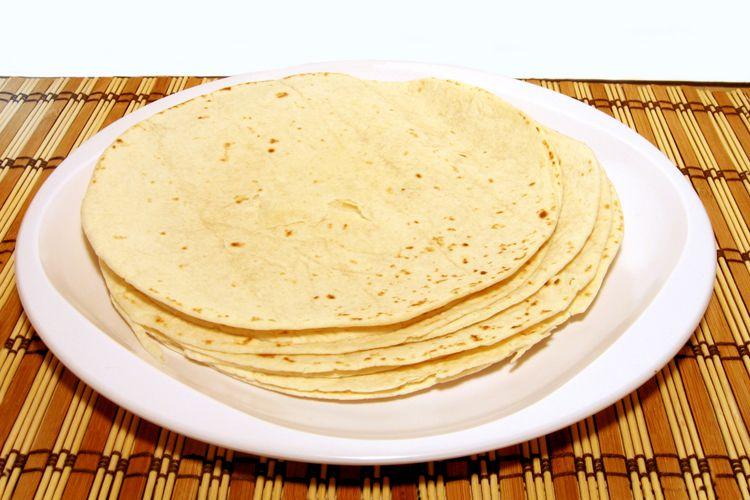 Las tortillas mexicanas están hechas tradicionalmente a base maíz, aunque ahora también se hacen de trigo, y suelen envolver casi todo tipo de alimentos.