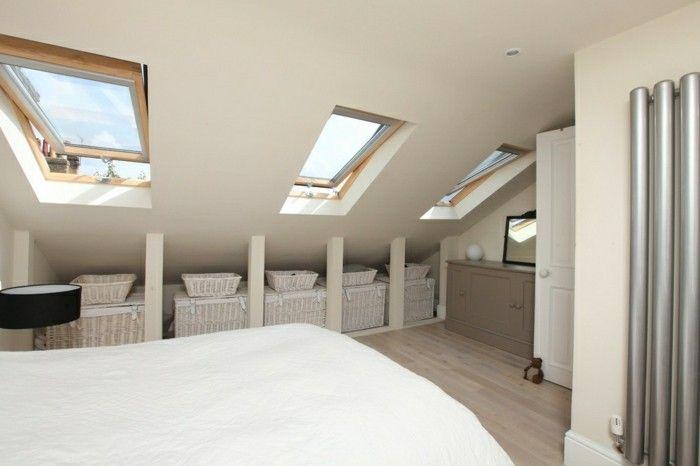 schlafzimmer dachschräge cremefarbene wände und weiße bettwäsche ...