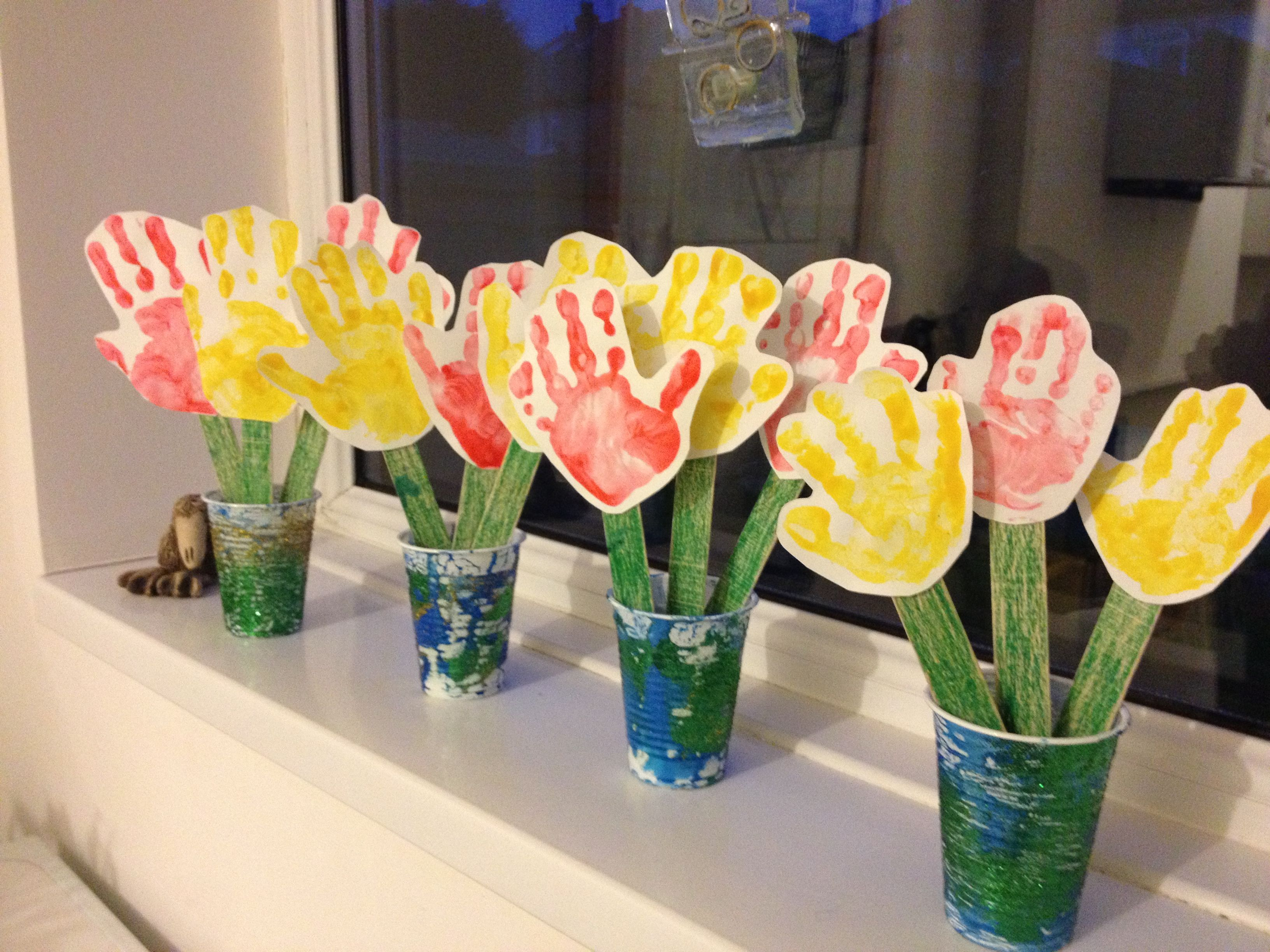 Hand print flowers lovely mother 39 s day craft for pre for Mother s day crafts for kindergarten