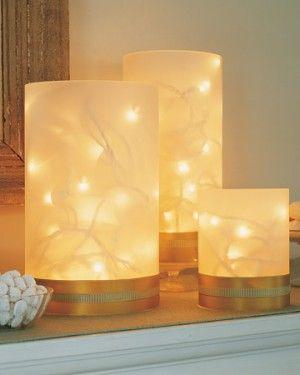 Van papier een lantaarntje maken en kerstverlichting er in doen! Goudkleurig karton aan de onderkant met een uitsparing voor het snoer.