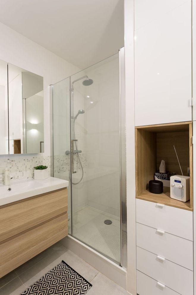 Une salle de bains blanc et bois r�solument moderne