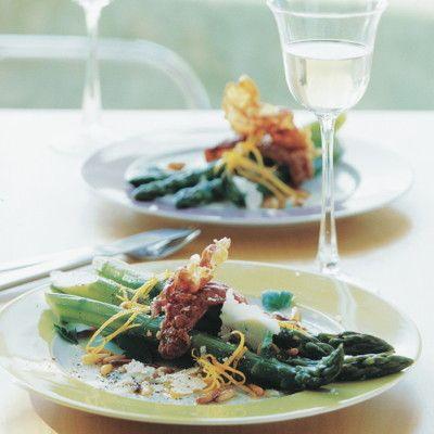 Spargel im Italian-Style. Seine Begleiter: Parmesan, hauchdünner Schinken und geröstete Pinienkerne.