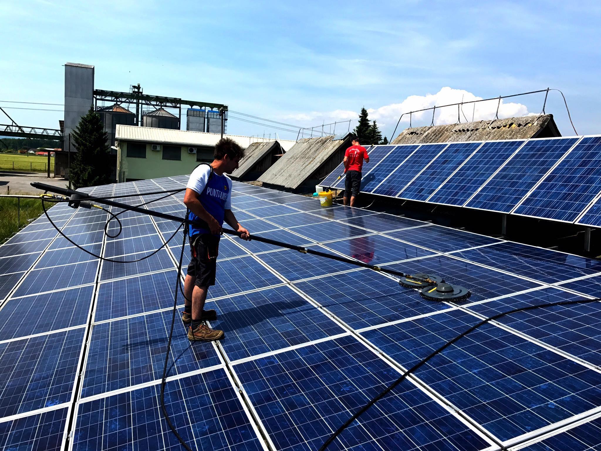 Pin De Alpmor Em Ciscenje Soncnih Elektrarn Solar Panel Cleaning Bateria Solar Painel Solar Painel Solar Fotovoltaico