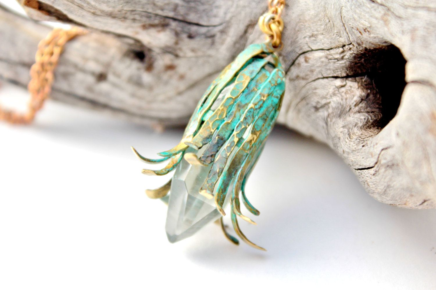 Raw Crystal Quartz and Hammered Brass Pendant, Natural Clear Crystal, Organic Jewelry, Boho Chic Necklace, Blue Patina. de AshtartJewelry en Etsy