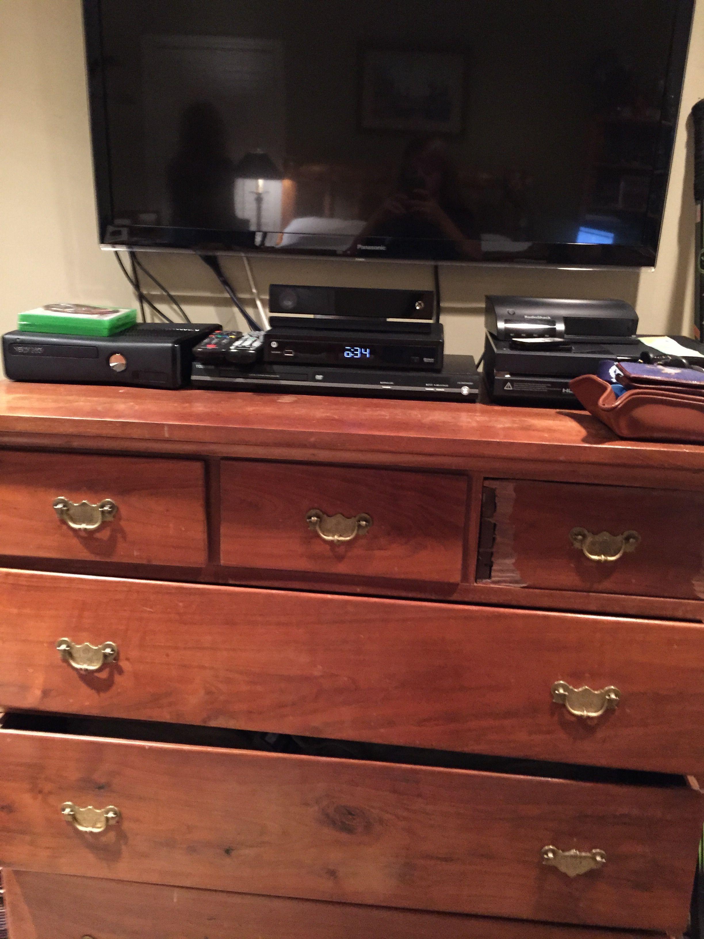 sa commode en bois et son télévision