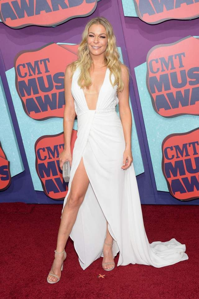 The Fact That Leann Rimes Avoided A Nip Slip In This Dress Is A Cmt Awards Miracle