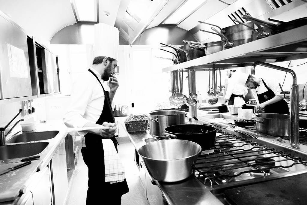 In una cucina di alto livello tutti sono indispensabili. Ogni componente della nostra brigata ha un ruolo ben preciso che richiede grande professionalità precisione e attenzione ma non si riununcia mai ad un momento di complicità e simpatia. #amistà33 #verona #gourmet #byblosarthotel #backstage #michelin #openinsoon #luxury #lovemyjob #food #chef #cheflife #cucinaitaliana #kitchenbrigade #hardwork #passion by marcoperezchef