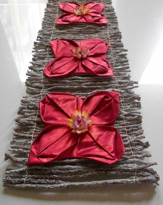 Chemin de table en bois de mangrove et nénuphars aux fleurs de lotus
