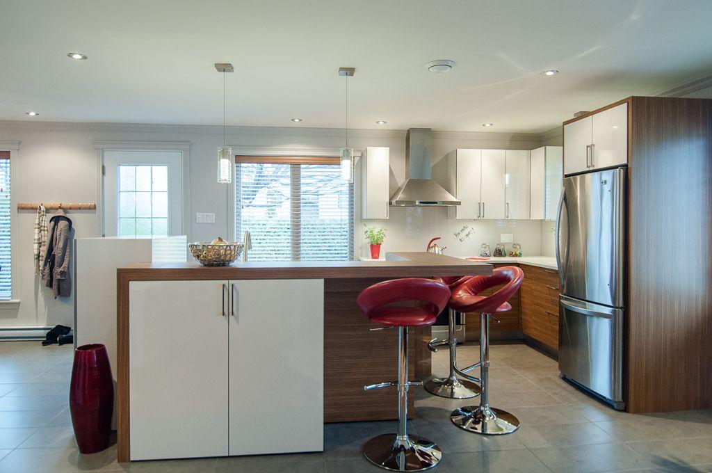 cuisine contemporaine, comptoir lunch, banc haut, rouge, blanc