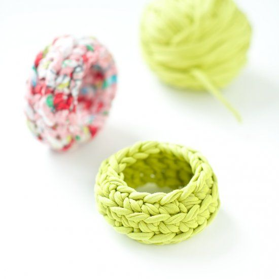 The perfect little summer project! Make these cute crochet bangles in just a few minutes. Full text and picture tutorial.