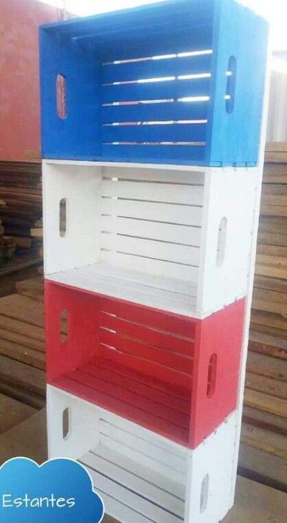 Estante hecho de cajas recicladas, pintadas y unidas por dos ...