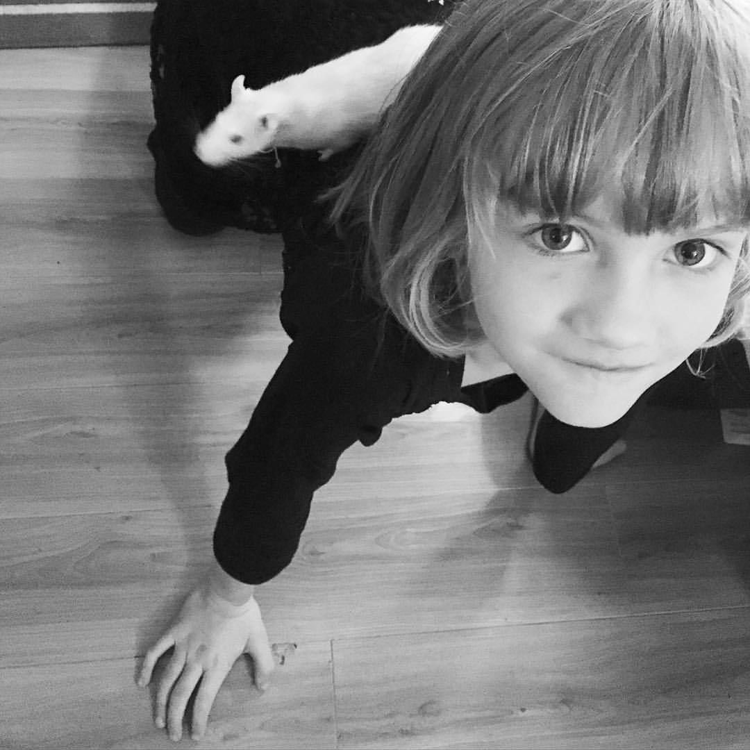 "heatheraddley: ""Rattie piggy back rides and a serenade (Proud Mary is the song of choice). #daughter #homesweethome #petsofinstagram #rat #ratsofinstagram #petrat #piggybackride #rva #blackandwhite #love #proudmary "" I Iove kids and rats! :D ❤️"