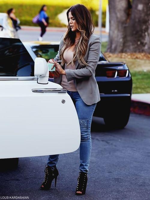 Khloe Kardashian Goes Dinner At Ruth S Chris Steakhouse Restaurant