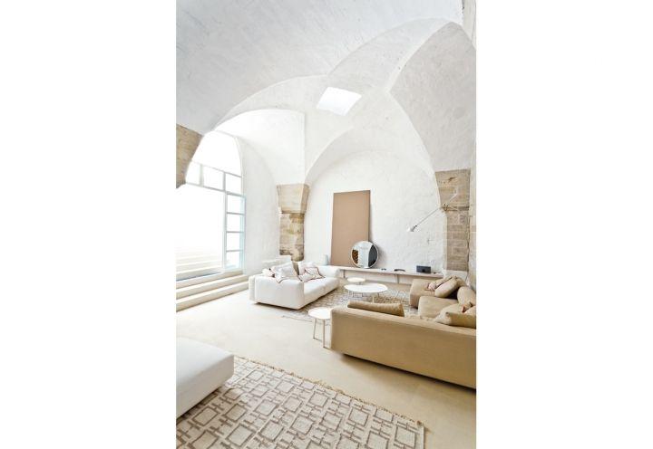 Relax con divani e tavolini di Zanotta, tappeti di Karpeta, su disegno