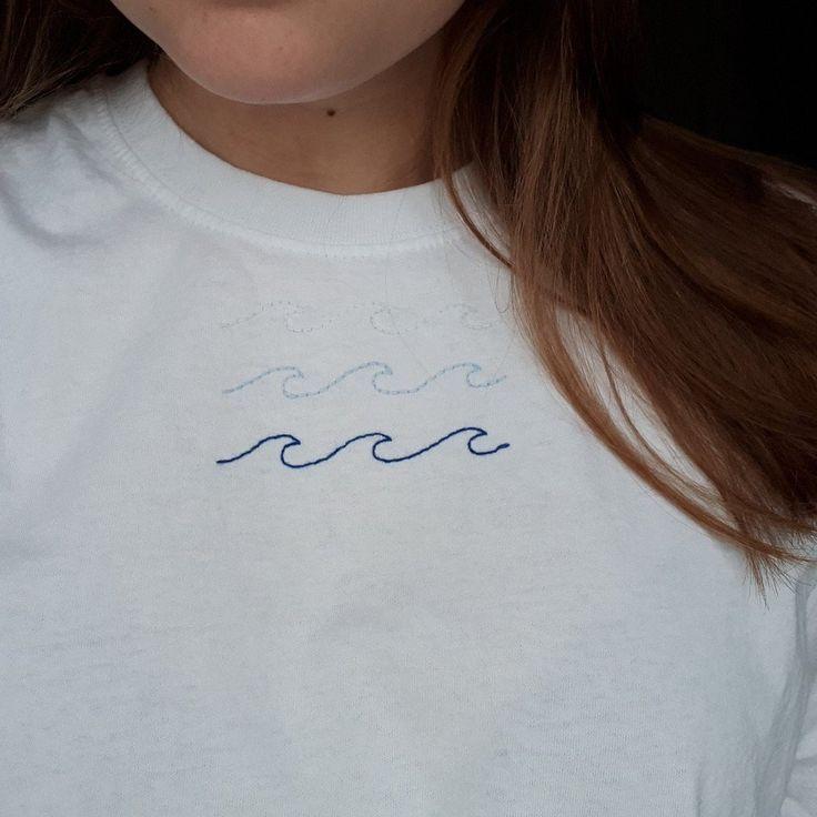 Nagelneue, handgestickte blaue Wellen auf einfarbigem Weiß für - Depop #whiteembroidery