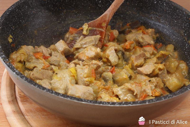 Se avete poca voglia di cucinare e siete stanchi, non vi resta che provare lo Spezzatino Veloce di Tacchino!