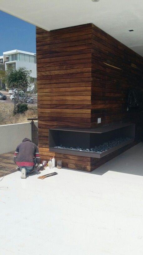 chimenea de placa de acero con muro de madera parota