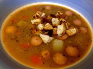 polievka so suseneho hrasku, cervenej fazule, zemiakmi a krutonkami